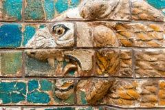 Fragmento de la puerta babilónica de Ishtar en el museo de la arqueología Foto de archivo libre de regalías