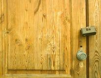 Fragmento de la puerta de madera con la cerradura y la manija Foto de archivo libre de regalías