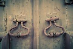 Fragmento de la puerta de madera vieja con el botón del metal Imagen de archivo libre de regalías