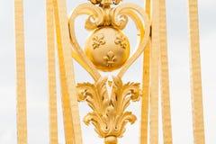 Fragmento de la puerta de oro del palacio de Versalles fotos de archivo