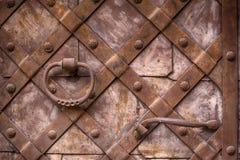 Fragmento de la puerta vieja del hierro Puertas del metal fotografía de archivo