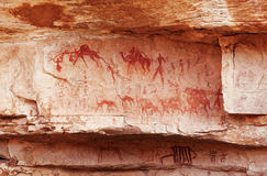 Fragmento de la roca con las pinturas antiguas imagen de archivo libre de regalías