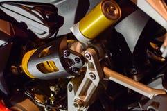 Fragmento de la suspensión de una moto moderna Partes de aluminio del bastidor Fotos de archivo