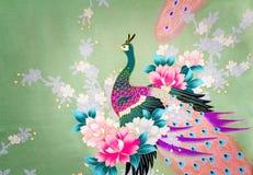 Fragmento de la tela de seda hermosa con la imagen de flores y Fotos de archivo