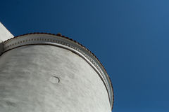 Fragmento de la torre blanca contra el cielo azul Fotos de archivo libres de regalías