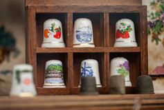 Fragmento de la ventana de la tienda con los accesorios de costura LVIV, UCRANIA - 24 DE SEPTIEMBRE DE 2018 Dedales de cerámica p imagenes de archivo