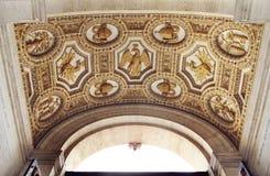 Fragmento de las decoraciones del techo en la basílica de San Pedro Fotos de archivo libres de regalías