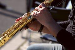Fragmento de las manos de un viejo músico de la calle Una imagen de las manos de un varón del músico que presiona un botón del sa imagen de archivo