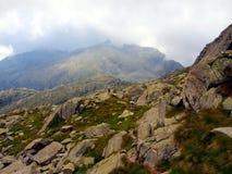 Fragmento de las montañas en una pequeña niebla o nube cubierta, el B imagen de archivo