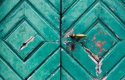 Fragmento de puertas viejas y dilapidadas fotos de archivo libres de regalías