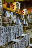 Fragmento de um altar em um santuário xintoísmo, Kyoto, Japão fotografia de stock royalty free