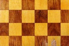 Fragmento de um close up de madeira velho da placa de xadrez abstraia o fundo imagem de stock royalty free