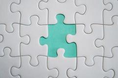 Fragmento de um enigma de serra de vaivém branco dobrado e uma pilha de uncombed imagens de stock royalty free