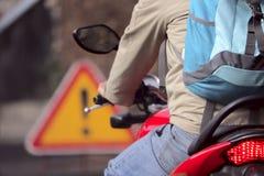 Fragmento de um homem em uma motocicleta na estrada no tráfego fotos de stock royalty free