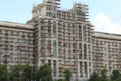 Fragmento de um prédio na terraplenagem de Kotelnicheskaya Reparo dos edifícios Fotografia de Stock Royalty Free
