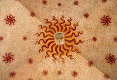 Fragmento de um teto pintado antigo com Caduceus e de símbolos solares no castelo de Sforza foto de stock