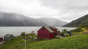 Fragmento de uma aldeia piscatória no banco de um fiorde bonito em uma manhã nevoenta, Noruega fotos de stock royalty free