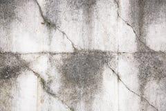 Fragmento de uma cerca concreta cinzenta velha com teste padrão geométrico foto de stock royalty free