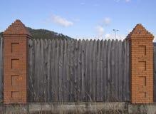 Fragmento de uma cerca de madeira fotos de stock