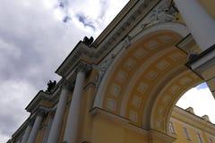 Fragmento de uma construção com colunas e arco foto de stock