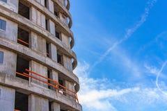 Fragmento de uma construção sob a construção contra o céu fotografia de stock royalty free