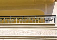 Fragmento de uma fachada de uma casa com um balcão Foto de Stock Royalty Free