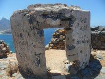 Fragmento de uma fortaleza dilapidada sob a forma de uma porta da entrada fotografia de stock
