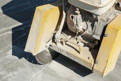 Fragmento de uma máquina comum do cortador em uma superfície concreta escovada Imagens de Stock Royalty Free