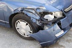 Fragmento de uma parte dianteira quebrada do carro O carro é azul imagem de stock