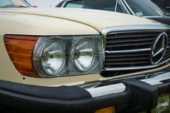 Fragmento de un automóvil descubierto Mercedes-Benz 450SL (R107), el an o 80 Fotografía de archivo libre de regalías