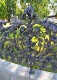 Fragmento de un cercado calzado alrededor de un monumento a Adam Mickiewicz imágenes de archivo libres de regalías