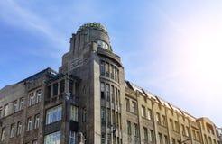 Fragmento de un edificio hermoso contra el cielo fotografía de archivo