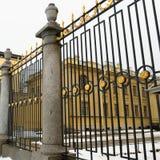 Fragmento de un enrejado forjado con los ornamentos del oro delante de la tumba granducal en el Peter y Paul Fortress en St Peter imagen de archivo libre de regalías
