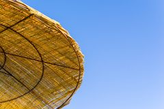 Fragmento de un parasol de playa o de un toldo Fotografía de archivo