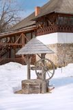 Fragmento de un patio del pueblo con un pozo de madera y de una casa en el museo nacional del pueblo Bucarest, Rumania fotos de archivo libres de regalías