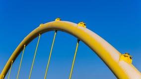 Fragmento de un puente amarillo Fotografía de archivo