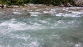 Fragmento de un río de la montaña en Abjasia almacen de video