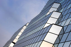 Fragmento de un rascacielos de cristal imagen de archivo