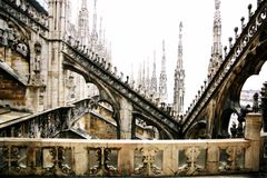 Fragmento de un tejado y de un balcón del Duomo en Milán Imagen de archivo libre de regalías