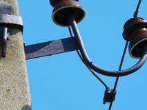 Fragmento de una ayuda eléctrica de la transmisión con los aisladores y los alambres fotografía de archivo