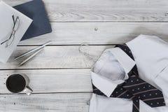 Fragmento de una camisa del ` s de los hombres con un lazo en una suspensión, diario, café Imagen de archivo libre de regalías