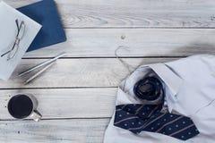 Fragmento de una camisa del ` s de los hombres con un lazo en una suspensión, diario, café Imágenes de archivo libres de regalías