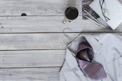 Fragmento de una camisa del ` s de los hombres con un lazo en una suspensión, diario, café Fotografía de archivo