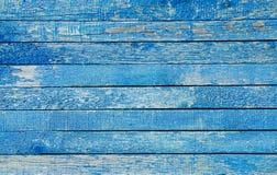 Fragmento de una cerca vieja Textura azul agrietada de la pintura Fondo de madera azul claro de los tablones Imagen de archivo