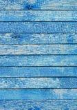 Fragmento de una cerca vieja Textura azul agrietada de la pintura Fondo de madera azul claro de los tablones Fotografía de archivo libre de regalías