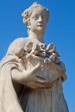 Fragmento de una estatua de la flora en el cielo azul Foto de archivo