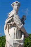Fragmento de una estatua de Pomona en el cielo azul Imagen de archivo
