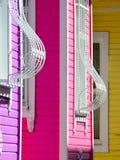 Fragmento de una fachada multicolora de la casa con las barras curvadas en las ventanas imagen de archivo