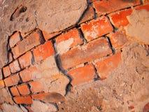 Fragmento de una pared de ladrillo lamentable vieja Foto de archivo libre de regalías