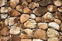 Fragmento de una pared del fondos de piedra saltados imagen de archivo libre de regalías